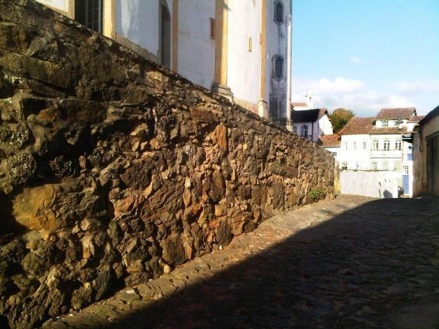 Muro de arrimo do embasamento da igreja Nossa Senhora do Rosário<br />Foto Abilio Guerra