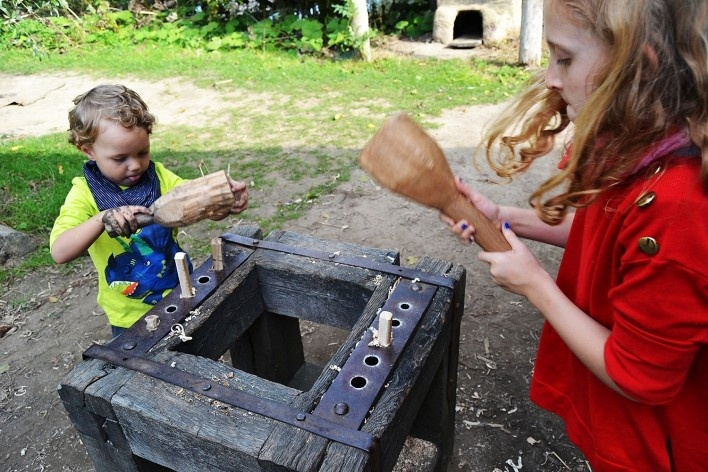 Crianças conseguem modelar em oficina o travamento com pinos de madeira usado nas construções<br />Foto Ana Carolina Brugnera / Lucas Bernalli Fernandes Rocha