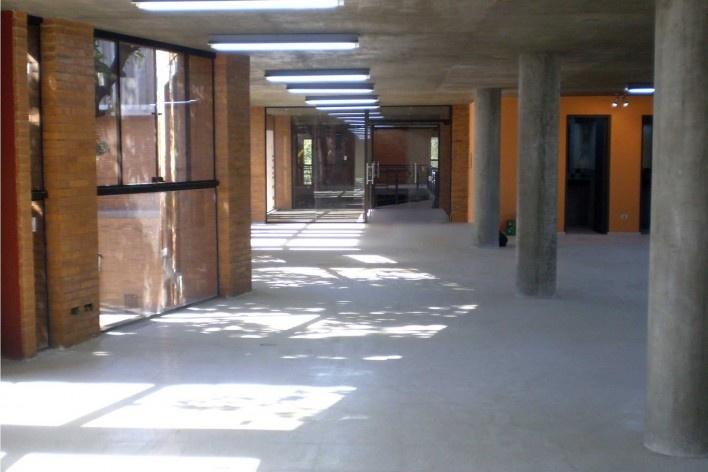Cootrapar – cooperativa de trabajadores de aceros del paraguay. Interiores: administración. Arq. Luis Alberto Elgue y Arq. Cynthia Solis Patri. Villa Hayes, Paraguay. 2007 – 2008.