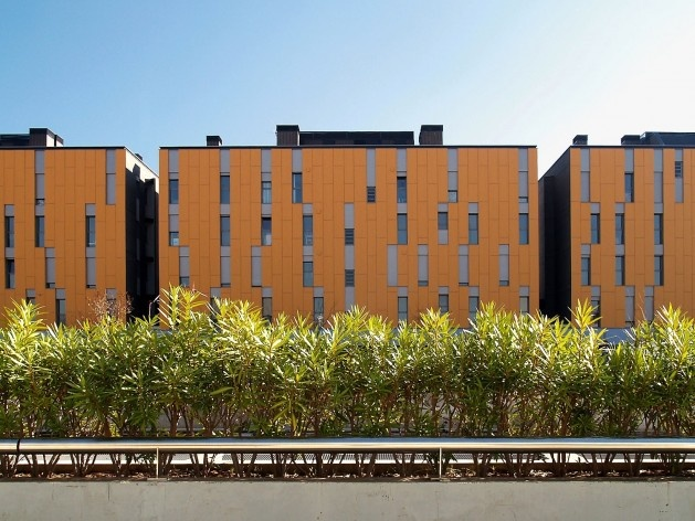 Conjunto Habitacional Fira de Barcelona – L'Hospitalet de Llobregat, fachada norte, Barcelona 2009. ONL Arquitectura<br />Foto Gianluca Giaccone