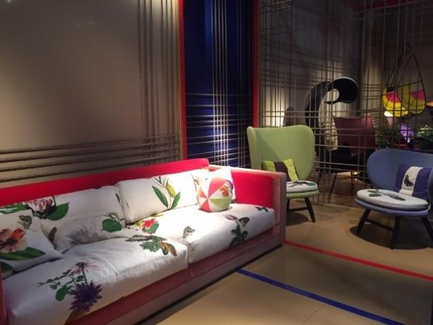 Salone del Mobile, Moroso. Sofá revestido com tecido Ikebana de Edward Van Vliet para Moroso<br />Foto Maria Fernanda Pereira, 06 abr. 2017