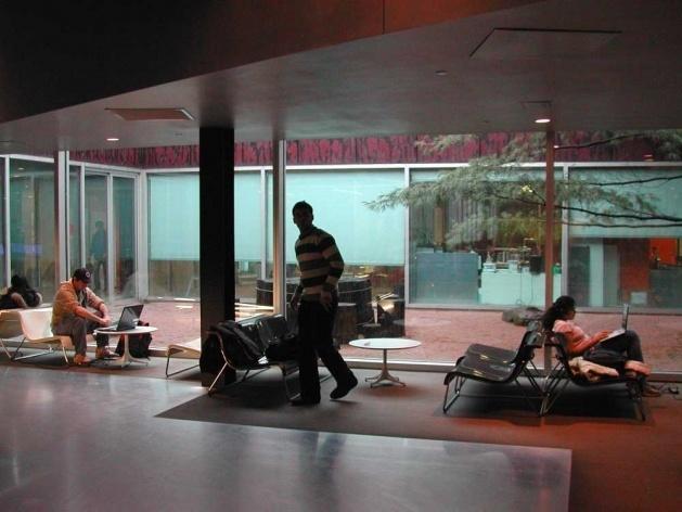 Uma das salas de estar ao longo de uma rua interna<br />Foto Carlos M. Teixeira