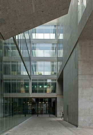 A nova Bocconi, Milão, Grafton Architects, projeto de 1999-2000, inauguração em 2008. O pátio de acesso pela via Roetgen<br />Foto Lucas Corato