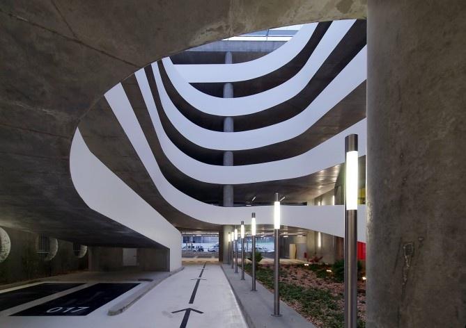 Edifício de Uso Misto, espaço central das rampas, Grenoble. Arquiteto Hugues Grudzinski / GaP Studio<br />Foto divulgação  [GaP Studio]