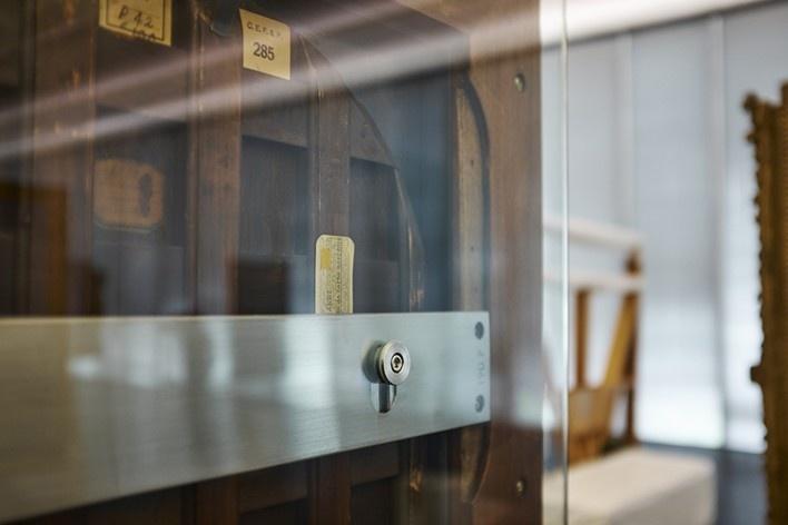 Cavaletes de vidro reconstruídos, detalhe do sistema de sustentação dos quadros. Metro Arquitetos Associados