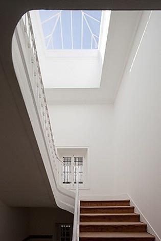 Edifício residencial em Fanqueiros, caixa de escadas e clarabóia. Arquiteto José Adrião, 2007-2011<br />Foto/photo FG + SG