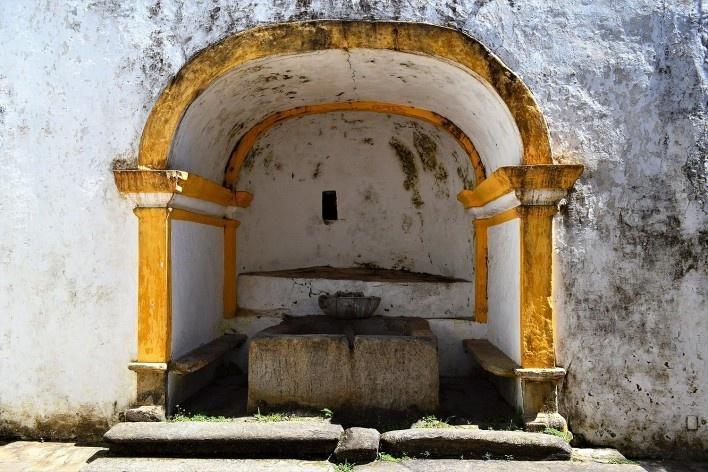Fonte com bacia e tanque de pedra no quintal da Casa de Tomás Antônio Gonzaga, Ouro Preto MG, 2014<br />Foto Elio Moroni Filho