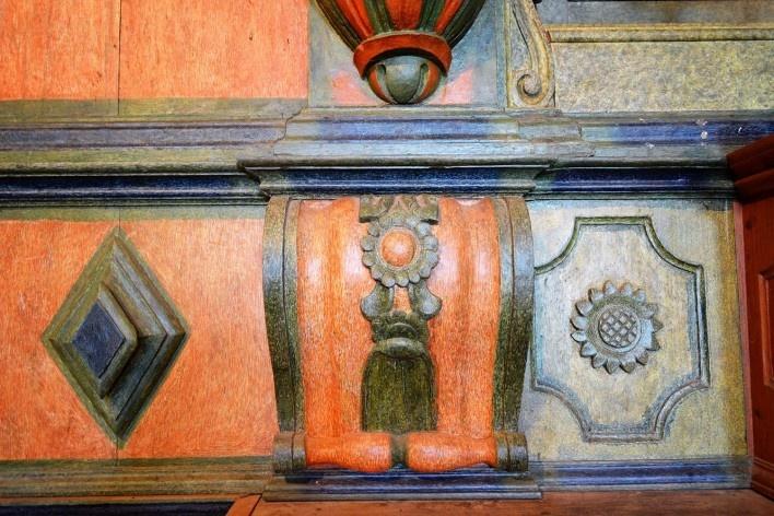 Capela de São João Batista, pormenor de decoração em talha com motivos geométricos e florais, retábulo da capela-mor, extinto Arraial do Ferreiro, Goiás Velho GO, 2014<br />Foto Elio Moroni Filho