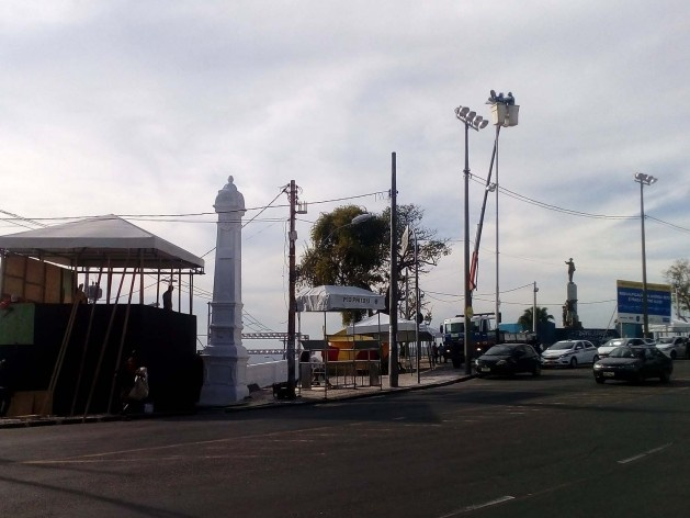 A praça Castro Alves é o ponto extremo do circuito Osmar, onde os trios viram da avenida Sete de Setembro para a rua Carlos Gomes, e está ocupada por instalações de apoio e banheiros químicos<br />Foto Volha Yermalayeva Franco