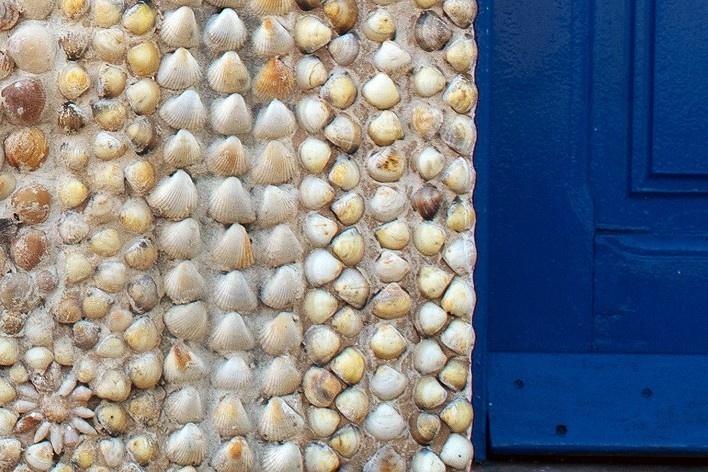 Igreja Nossa Senhora da Conceição, detalhe das rosáceas de caramujos e conchas restauradas, Guarapari<br />Foto Tom Boechat