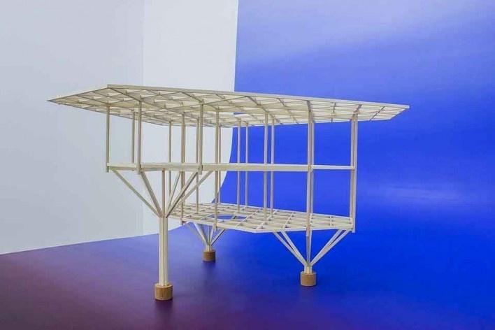"""Casa do Lucas, protótipo da estrutura triangular de madeira, arquiteto Marcos Acayaba <br />Exposição """"Fundos"""", de Lucia Koch  [Facebook Studio-X]"""