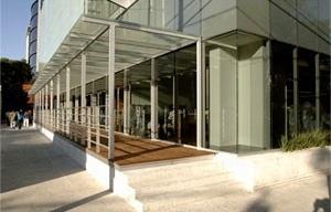 Vista da passarela comercial<br />Imagens dos autores do projeto