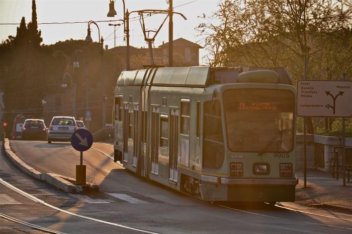Contaminações, transporte sobre trilhos (Tram) a eletricidade e automóveis no centro urbano de Roma<br />Foto Fabio José Martins de Lima