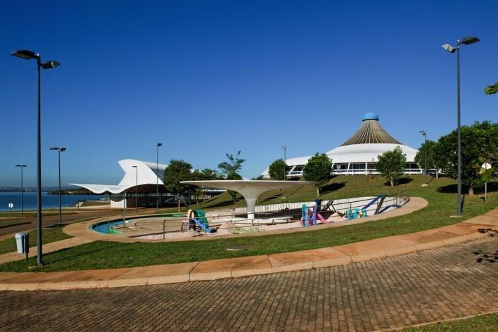 """Sarah Brasília Lago Norte, playground, Brasília DF<br />Foto Nelson Kon  [LIMA, João Filgueiras (Lelé). """"Arquitetura - uma experiência na área da saúde""""]"""