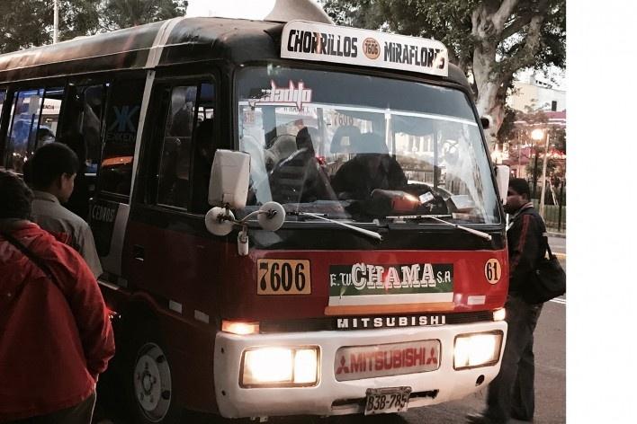 Autobuses e Kombis são o transporte coletivo tradicional em Lima <br />Foto José Lira