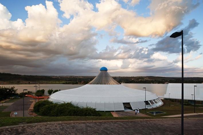 """Sarah Brasília Lago Norte, Centro de Apoio à Paralisia Cerebral, Brasília DF<br />Foto Nelson Kon  [LIMA, João Filgueiras (Lelé). """"Arquitetura - uma experiência na área da saúde""""]"""