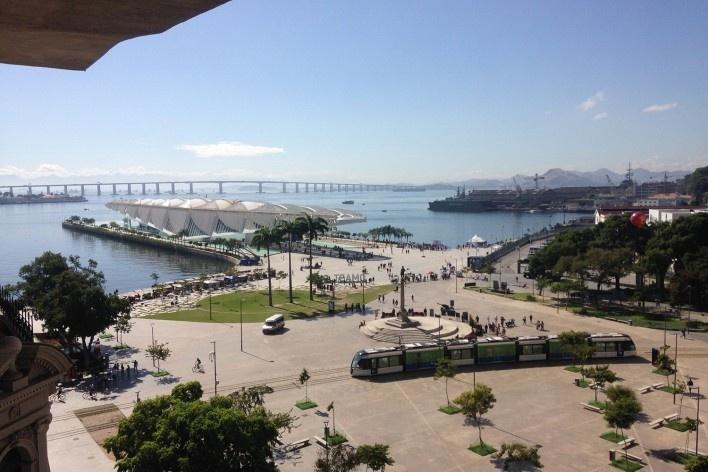 Praça Mauá, Museu do Amanhã, projeto de Santiago Calatrava, e Baía de Guanabara a partir do MAR<br />Foto Sandro Vimer Valentini Junior, julho de 2017