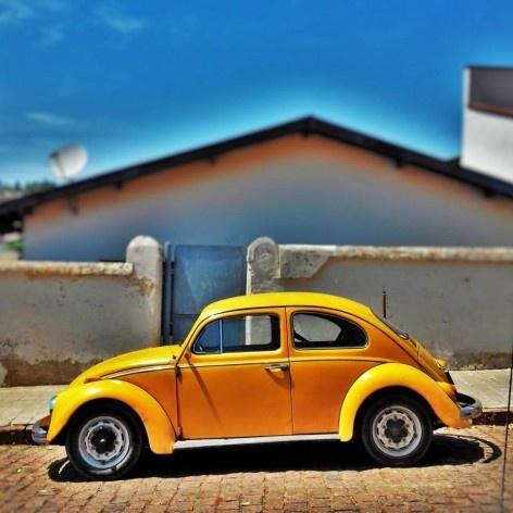 """Fusca amarelo queimado II, série fotográfica """"Os fuscas ofuscam""""<br />Foto Fernando Mascaro"""