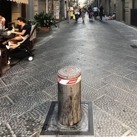 Via compartilhada com controle de acesso de veículos no Mercado Central, Florença<br />Foto Larissa Scarano, 2018