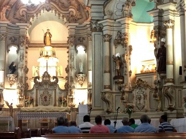 Interior da Igreja Matriz com fiéis e altar ao fundo<br />Foto/Photo Fabio Lima