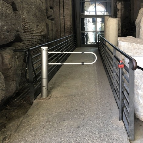 Rampa e elevador na Rota Acessível do Coliseu, Roma<br />Foto Larissa Scarano, 2018