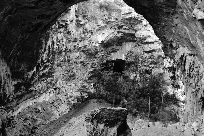 A dimensão das cavernas é gigantesca, compare com a escala das arvores e estruturas de trilhas existentes<br />Foto Ana Carolina Brugnera, 2017