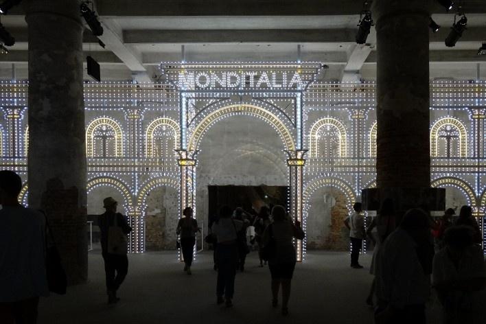 Exposição Monditalia, entrada da Corderie, Bienal de Arquitetura de Veneza<br />Foto Patrícia Martins