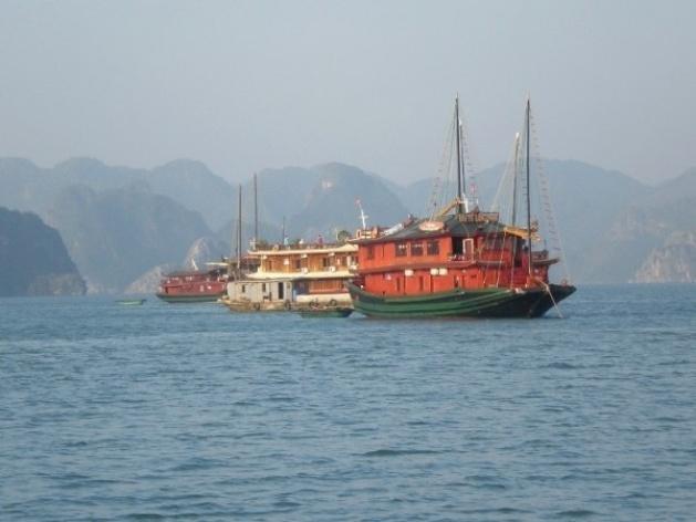 Baía de Ha Long, barcos<br />Foto Lucia Maria Borges de Oliveira