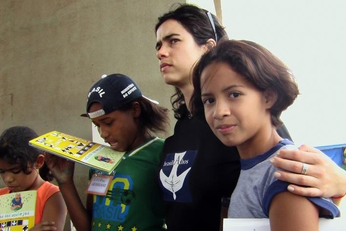 Lana Guimarães com as crianças do projeto Na trilha dos azulejos <br />Foto Peter Brower
