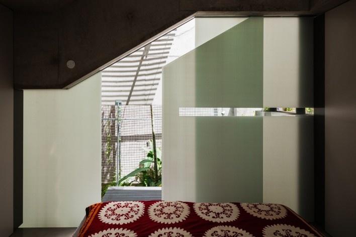 A weekend house in downtown São Paulo. Architect Angelo Bucci / SPBR<br />Foto Nelson Kon