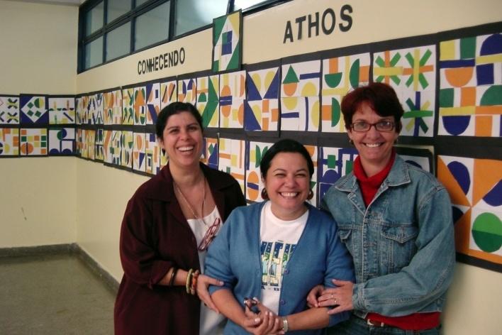Professoras diante da exposição dos trabalhos das crianças<br />Foto Lana Guimarães