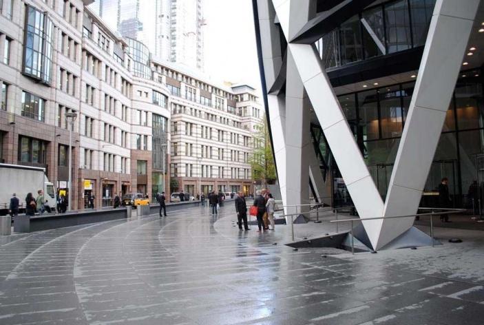 Foto 08- A praça que ambienta a entrada do edificio de Foster