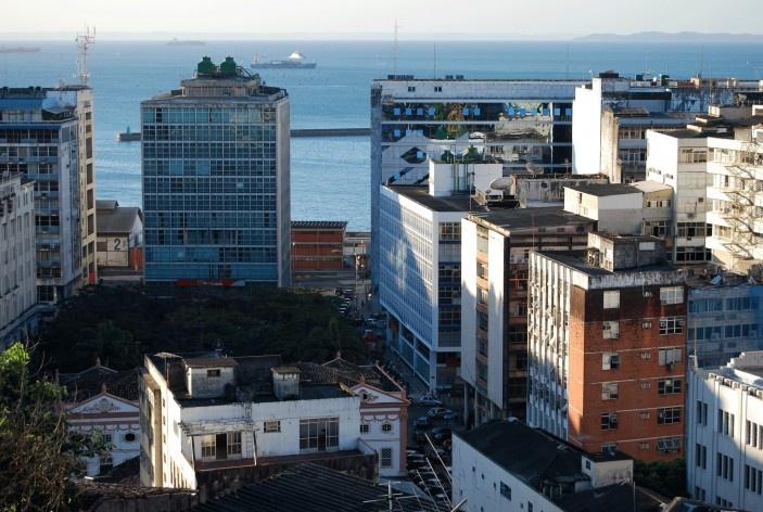 Centro Histórico de Salvador, cidade baixa, panorama com prédios e ao fundo a Baía de Todos os Santos com a Ilha de Itaparica bem ao fundo<br />foto Fabio Jose Martins de Lima