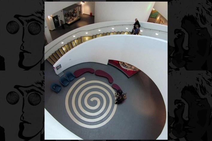Escadaria helicoidal do Museum of Liverpool<br />Foto Victor Hugo Mori