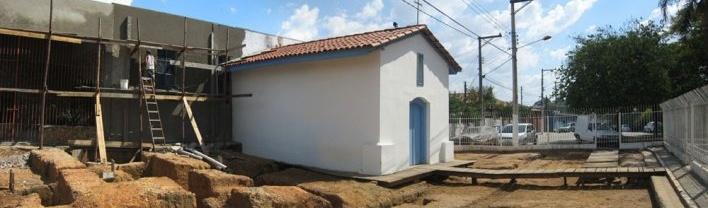 Capela já remodelada, com a escavação à mostra<br />Foto Victor Hugo Mori