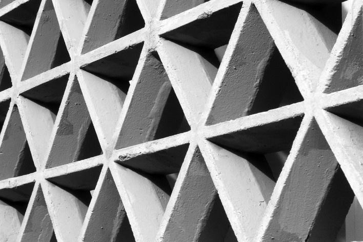 Cobogós triangulares do Edifício Osório de Carvalho, 1968<br />Foto Sergio Ekerman