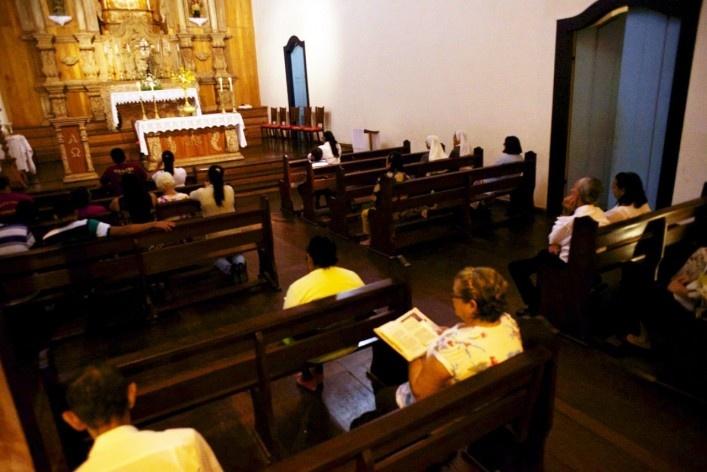 Fiéis no interior da Igreja Matriz de Nossa Senhora do Rosário em momento de oração<br />Foto Fabio Lima