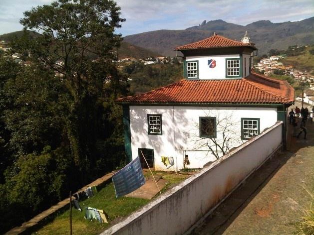 Terreno plano conformado por muros de arrimo abrigando casarão e quintal com varal de roupas<br />Foto Abilio Guerra