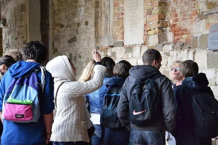 Touists guideds outside the Basilica<br />Foto/photo Fabio Lima