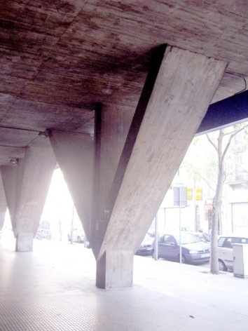 El pilar trípode invertido de hormigón moldeado in situ<br />Foto Nicolás Sica Palermo