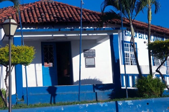 Detalhe do acesso principal da Escola Municipal<br />Foto Fabio Lima