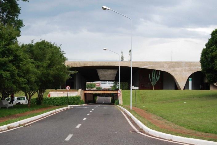 Escola Superior de Administração Fazendária – ESAF, via principal de circulação de automóveis, Brasília DF<br />Foto Daniel Corsi