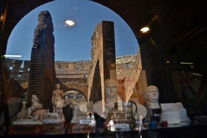 Contaminações, patrimônio refletido e objetos em vitrine de loja na parte interna do Coliseu<br />Foto Fabio José Martins de Lima