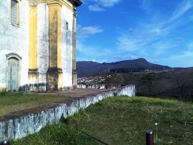 Arrimo e adro de pedra da igreja São Francisco de Paula<br />Foto Abilio Guerra