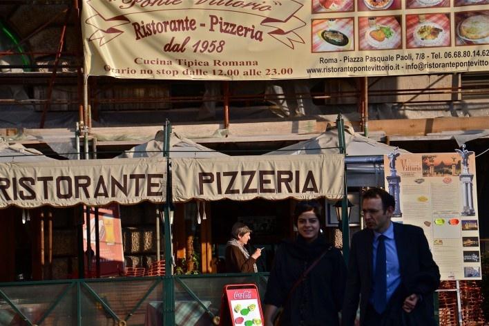 Contaminações, painel publicitário em restaurante e pizzaria no centro urbano de Roma<br />Foto Fabio José Martins de Lima