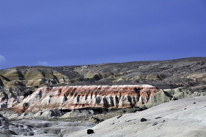 A história da paisagem, contada através das camadas de subsolo e suas cores. Bosque Petrificado, Sarmiento, Estado de Chubut, Argentina<br />Foto Diana Souza