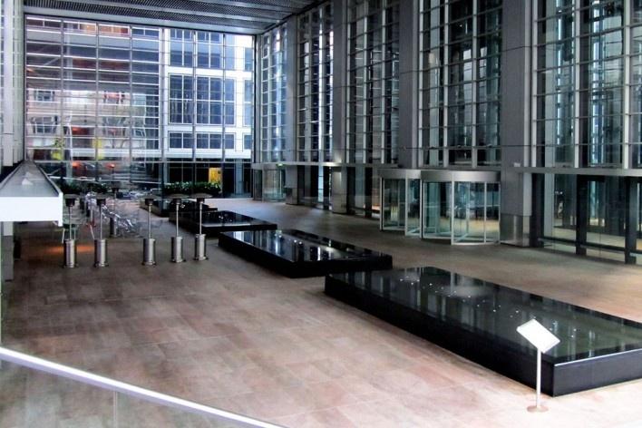 Deutsche Bank, espaço de acesso público no térreo, Sidney. Arquiteto Norman Foster<br />Foto Gabriela Celani
