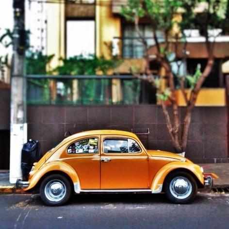"""Fusca cromado amarelo, série fotográfica """"Os fuscas ofuscam""""<br />Foto Fernando Mascaro"""