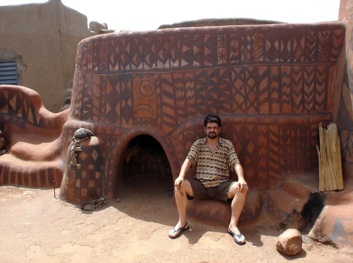 Renato Barbieri na aldeia de Tiébélé, Burkina-Faso<br />Foto divulgação