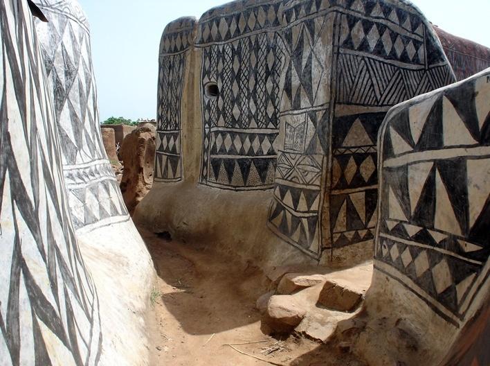 Casas adornadas de barro, aldeia de Tiébélé, Burkina-Faso<br />Foto Renato Barbieri